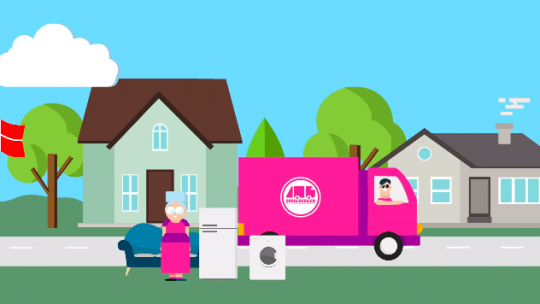 Afhentning af affald med en pink lastbil
